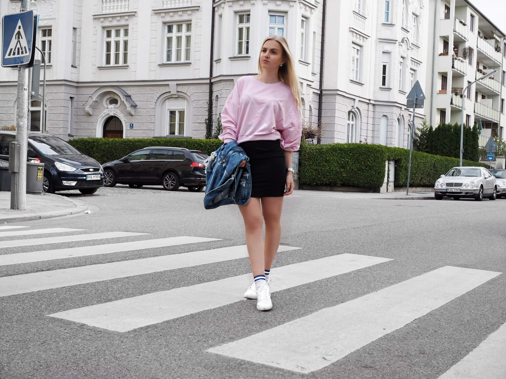 Bleistiftrock rosa Pullover Sneaker Socken Jeansjacke Fashionblog Modeblog Katefully München Munich Outfit ootd