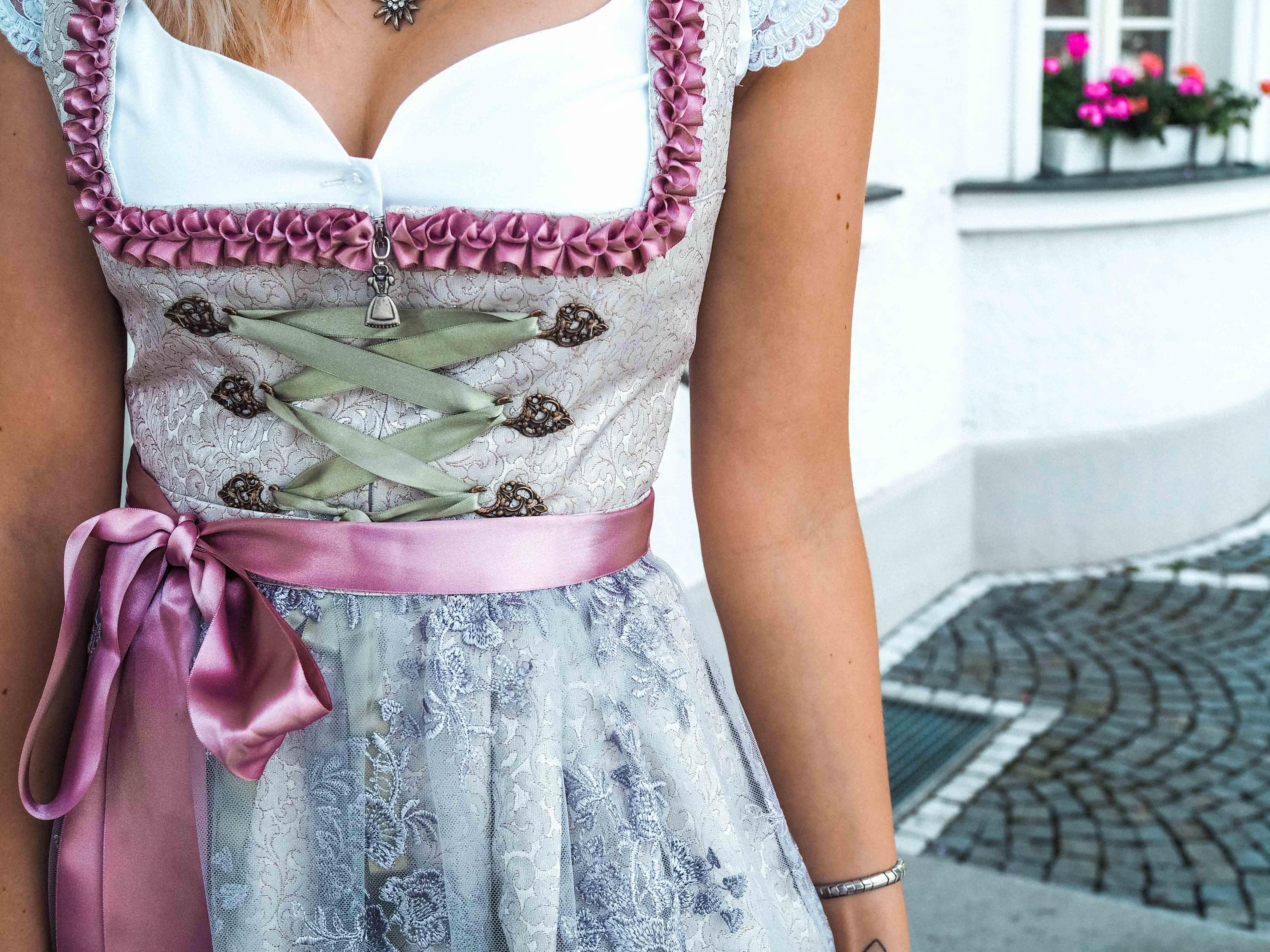 Dirndl, Tracht, Katefully, Fashionblog, Modeblog, München, Oktoberfest Outfit, Wiesn, Trachtenoutfit, Wiesnoutfit, Dirndl kombinieren, Schleife, Schleife binden