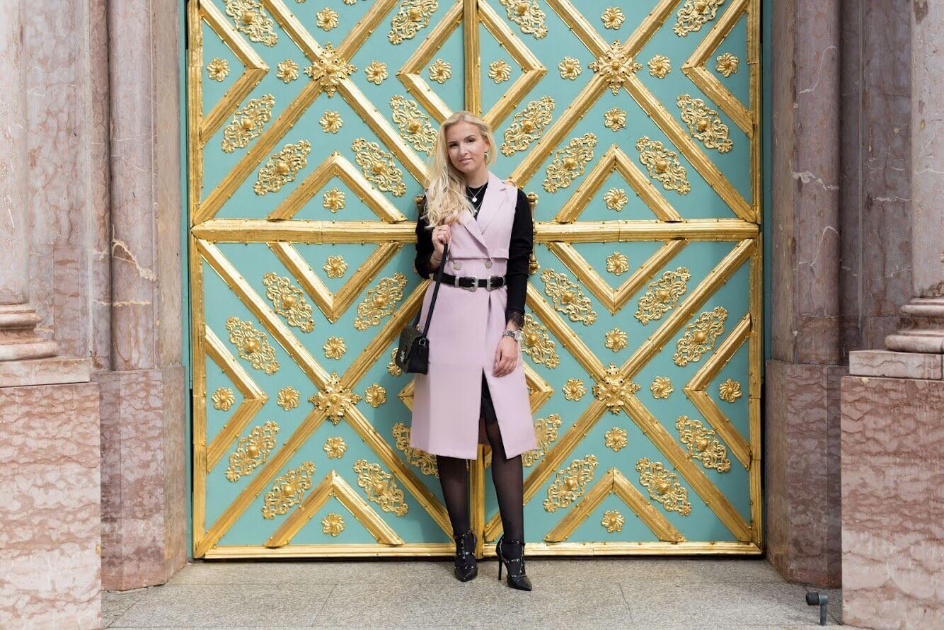 Fashionblog Katefully München Trenchcoat Mantel ohne Ärmel rosa Spitzenkleid schwarz hohe Schuhe Outfit