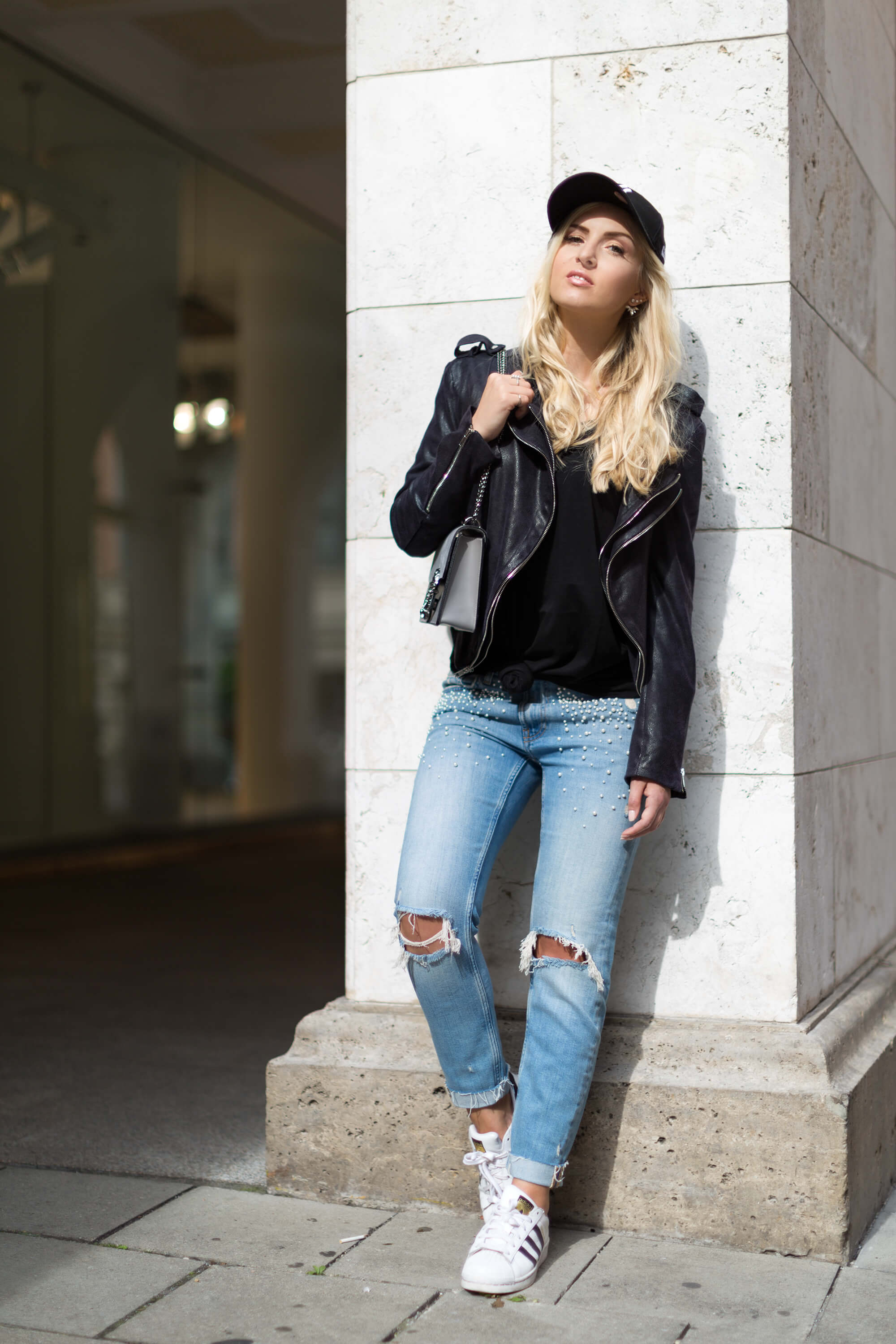 Fashionblog Katefully München Munich Street Style Outfit Cap Lederjacke Perlen Jeans lässig