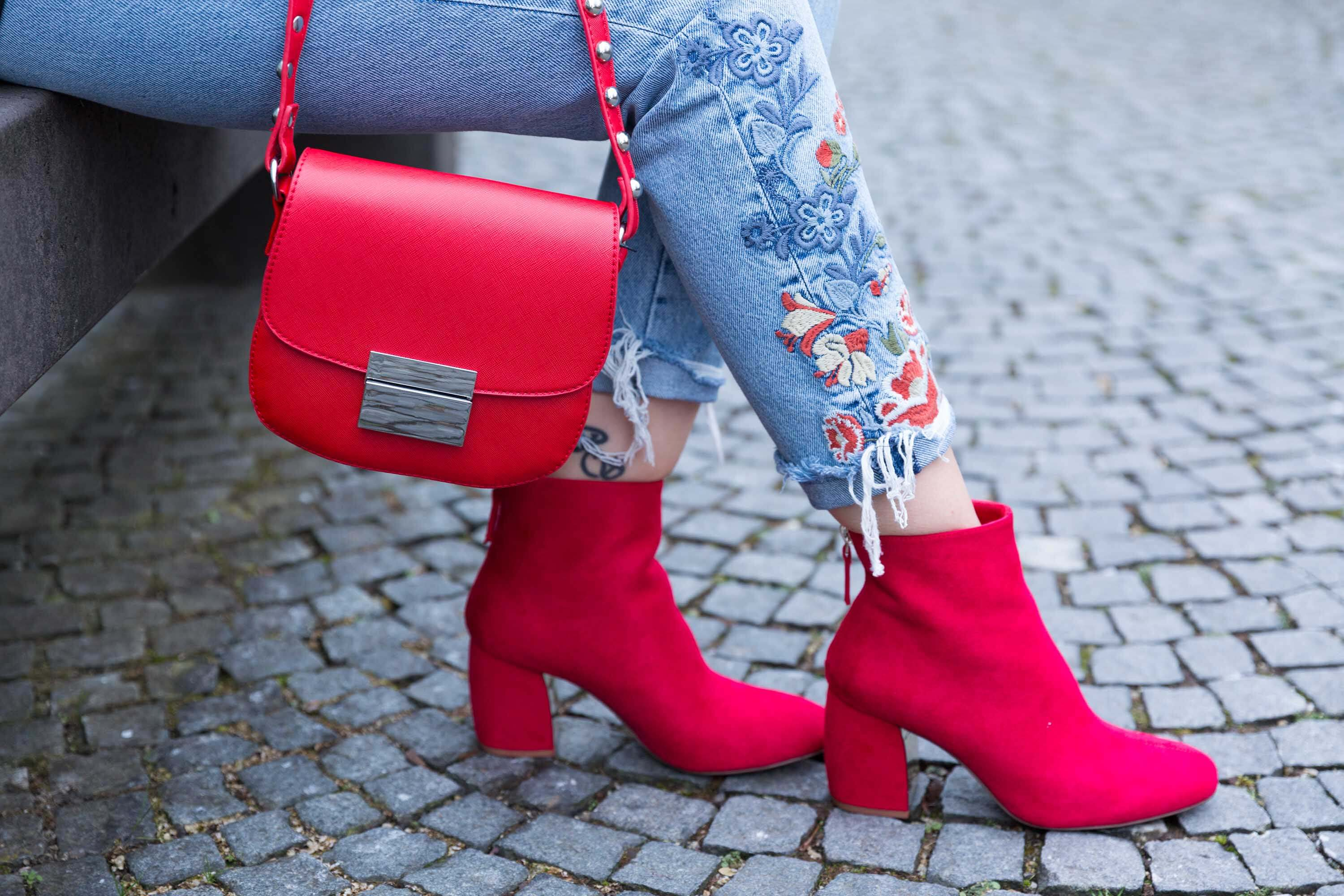 Outfit Look Rot Red Streetstyle München Fashioblog Tasche Schuhe Jeans Katefully Modeblog